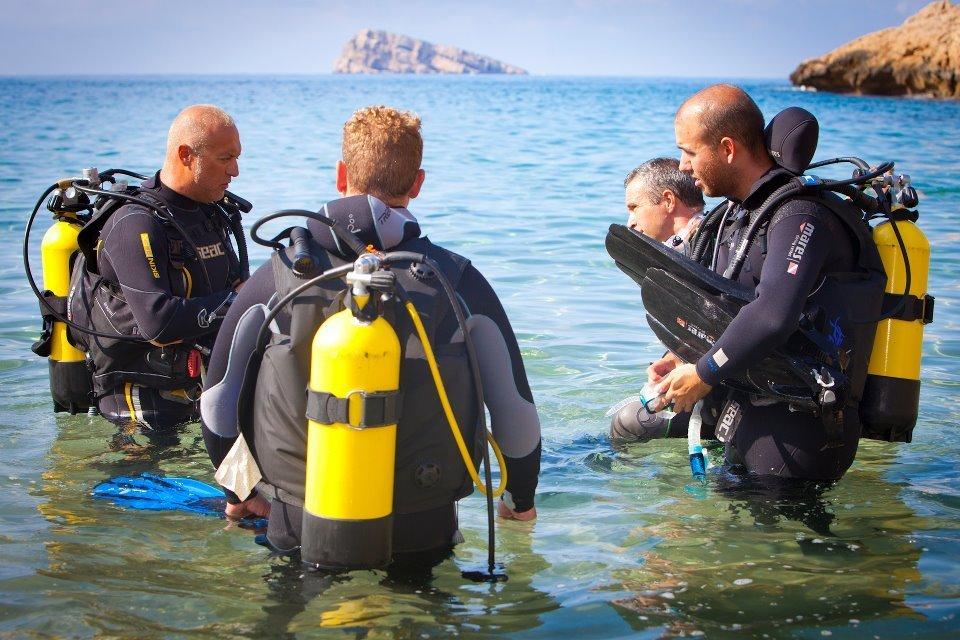 Iniciando una inmersión con la Isla de Benidorm de fondo